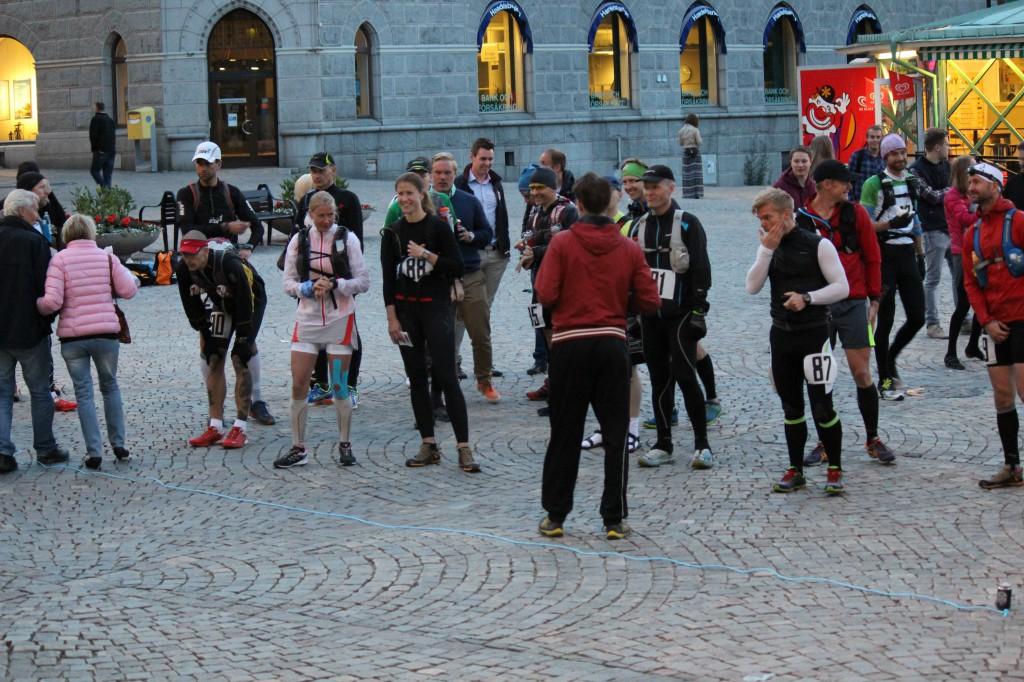 Uppställda för start kl 00:01 vid Torget i Örnsköldsvik