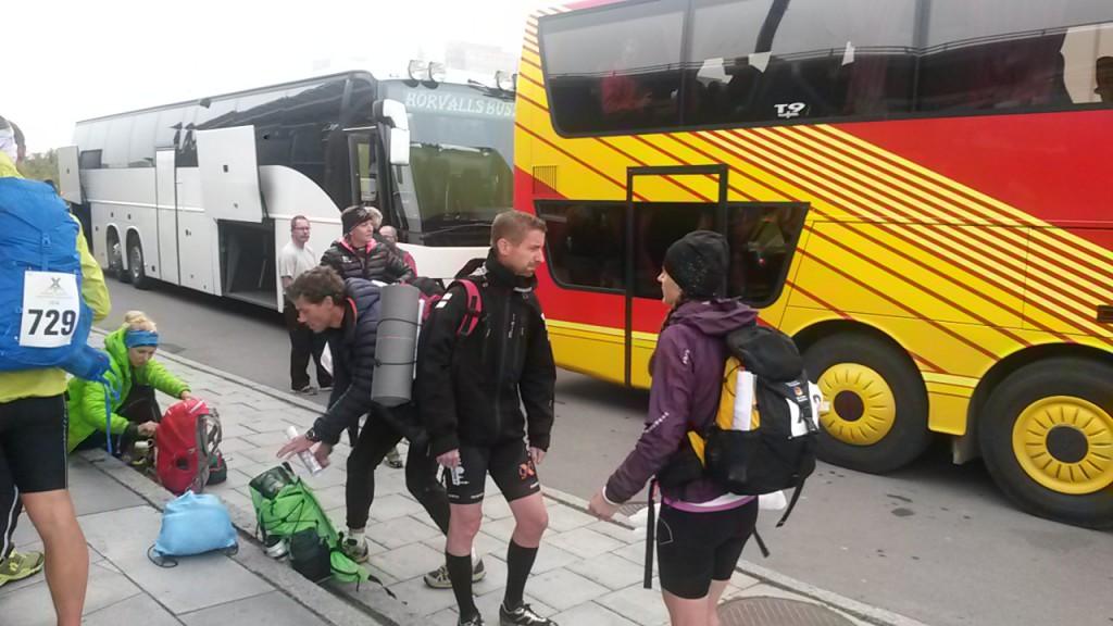 Klockan 7:30 åkte buss kolonnerna med alla deltagare ut till starten Nikkaloukta.