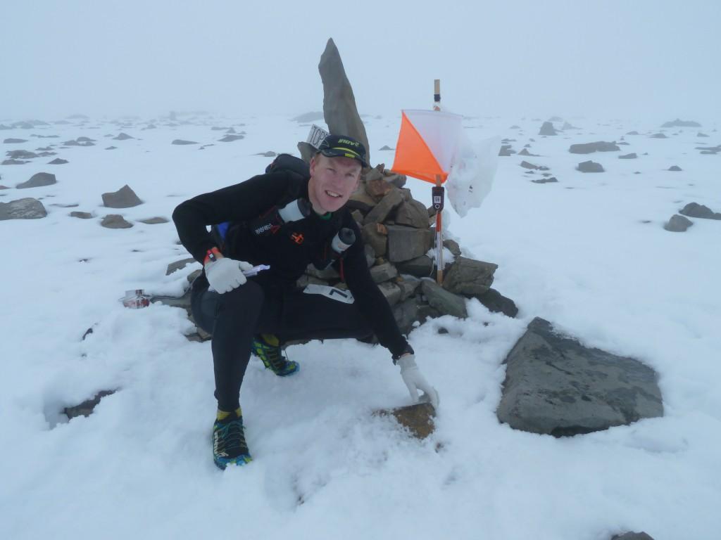 Av säkerhetsskäl sitter kontrollen vid toppröset på fast berg istället för på den isiga glaciärtoppen.