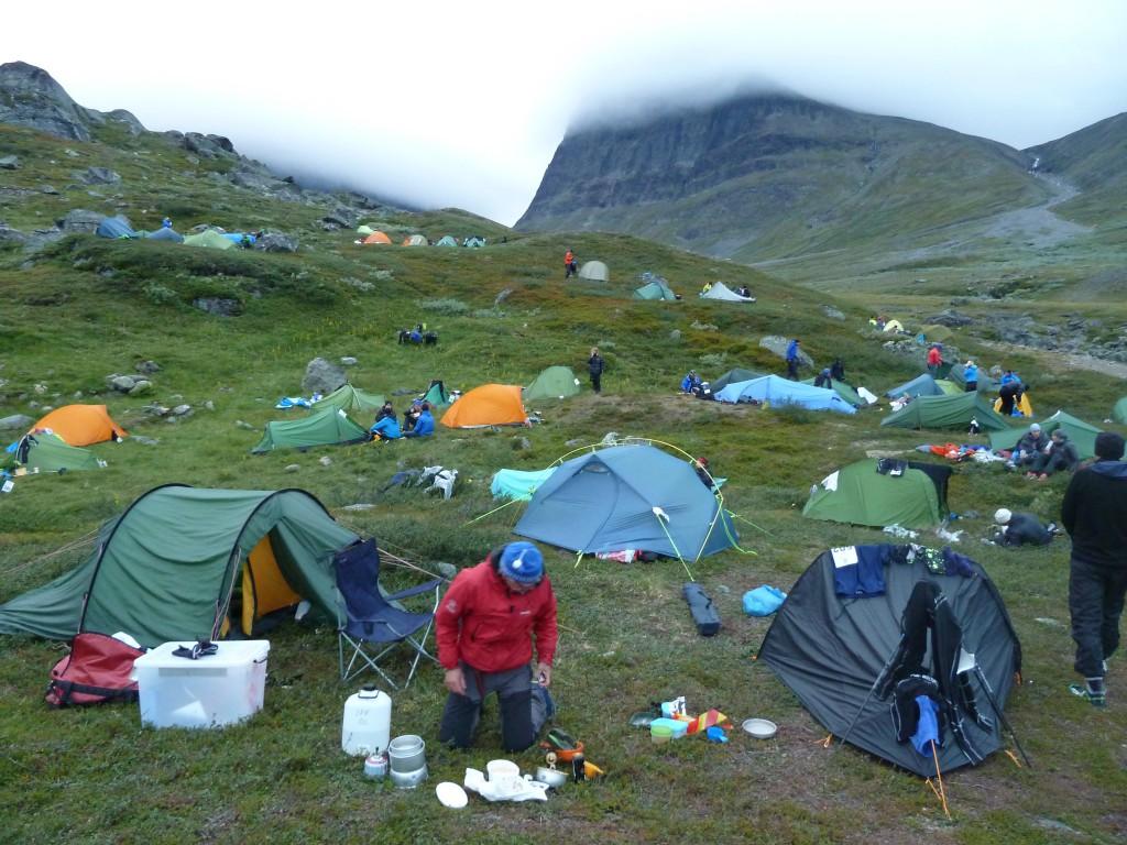 Många tält av olika modeller i lägret.