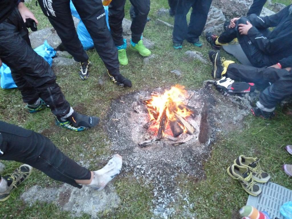 Blöta strumpor torkas över elden hos de som sparade in på extra strumpor.