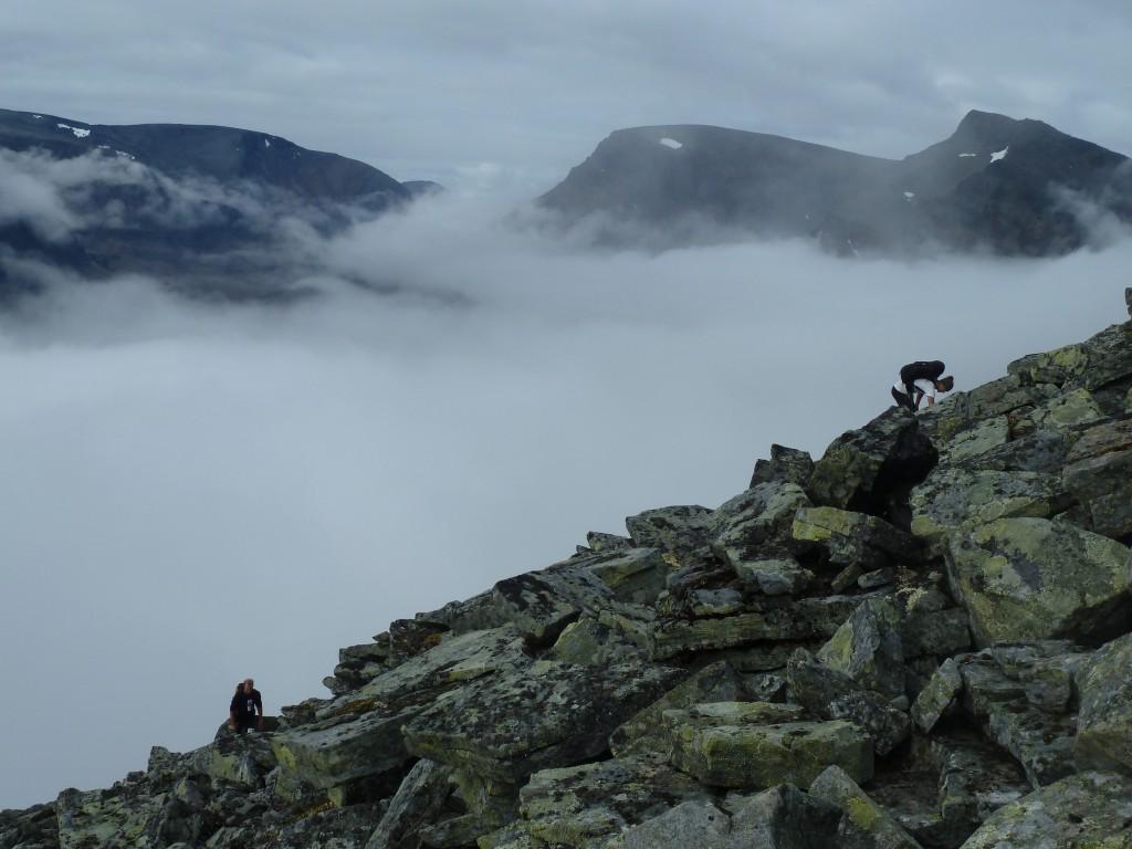 Lite senare kommer vi genom dimman och får en magisk utsikt över Tuolpargorni med dalen insvept i dimslöjor.