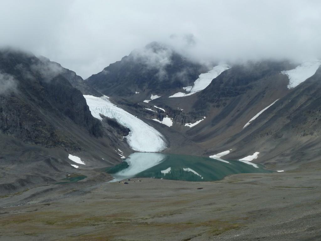 Tarfallasjön och Kebnepakteglaciären. STFs Tarfalastugan vid sjökanten.