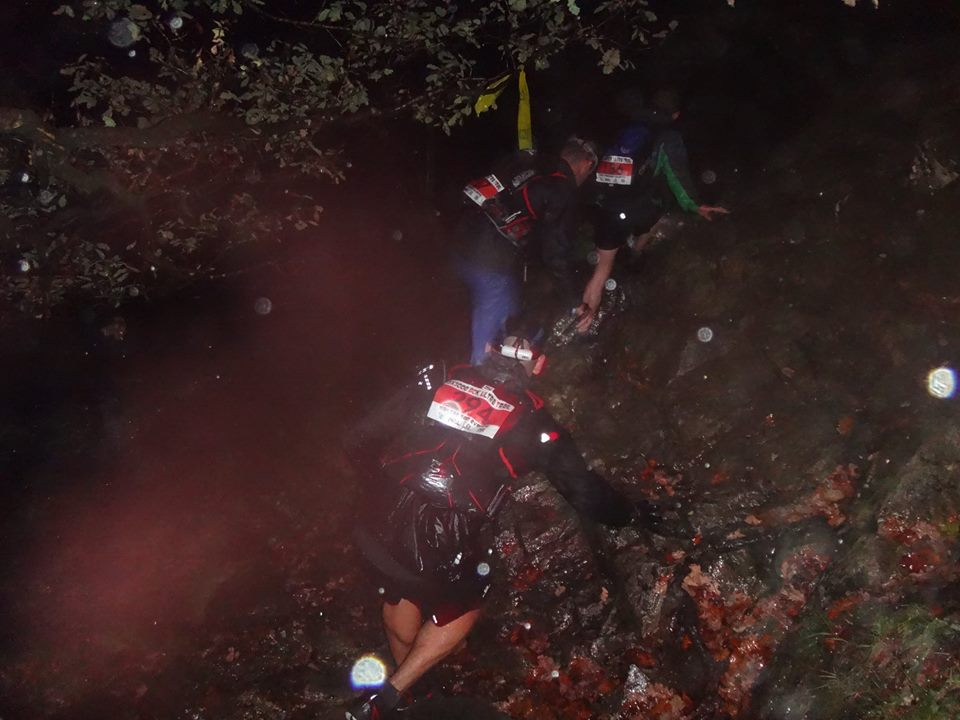 """Stigen översvämmad så vi tvingas springa på skrå ovanför """"bäcken"""". Foto: High Terrain Events"""