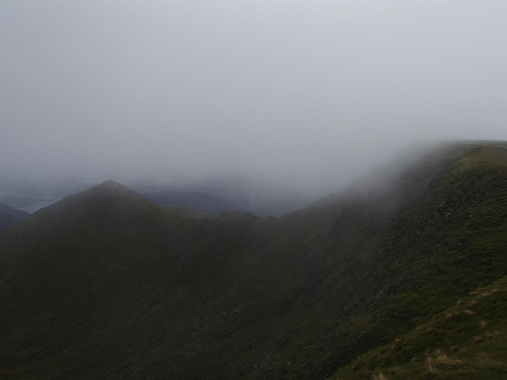 Helvellyn insvept i moln. Lower Man lite längre bort.