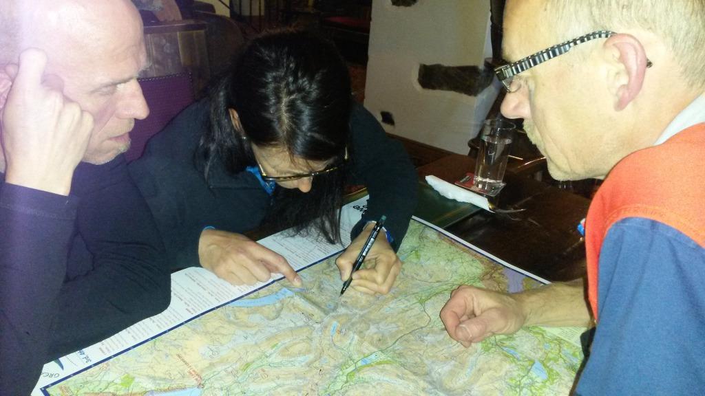 Kerstin ritar in kontrollerna på kartan.