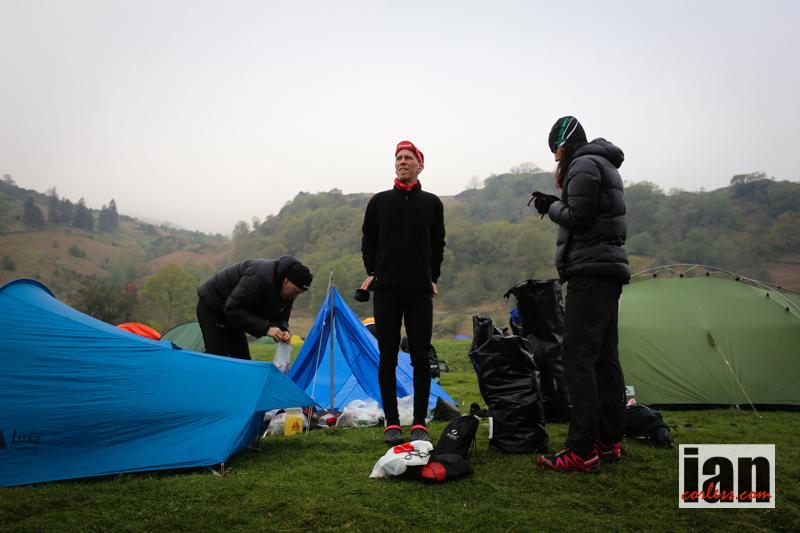 Nedpackning av tält mm. Foto: Ian Corless