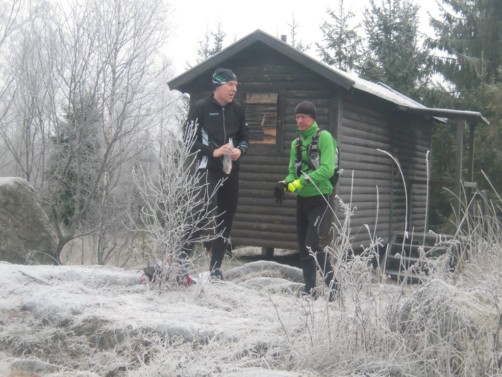 Ett liten energipaus vid Skälsjöstugan efter 1/3 av sträckan,.