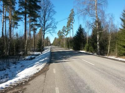 Efter 25 km på snöiga stigar valde jag asfaltsvägen istället för att springa i snö.